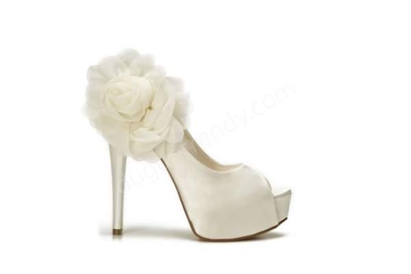 Çiçekli beyaz yüksek topuklu gelin ayakkabısı