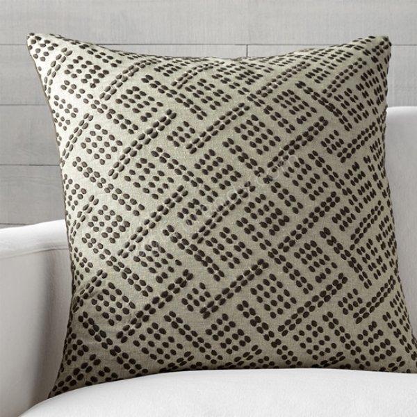 desenli açık renkli dekoratif yastık modelleri
