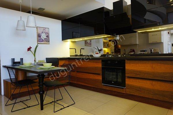 siyah parlak lake mat doğal ceviz kaplama mutfak dolap kapağı modelleri