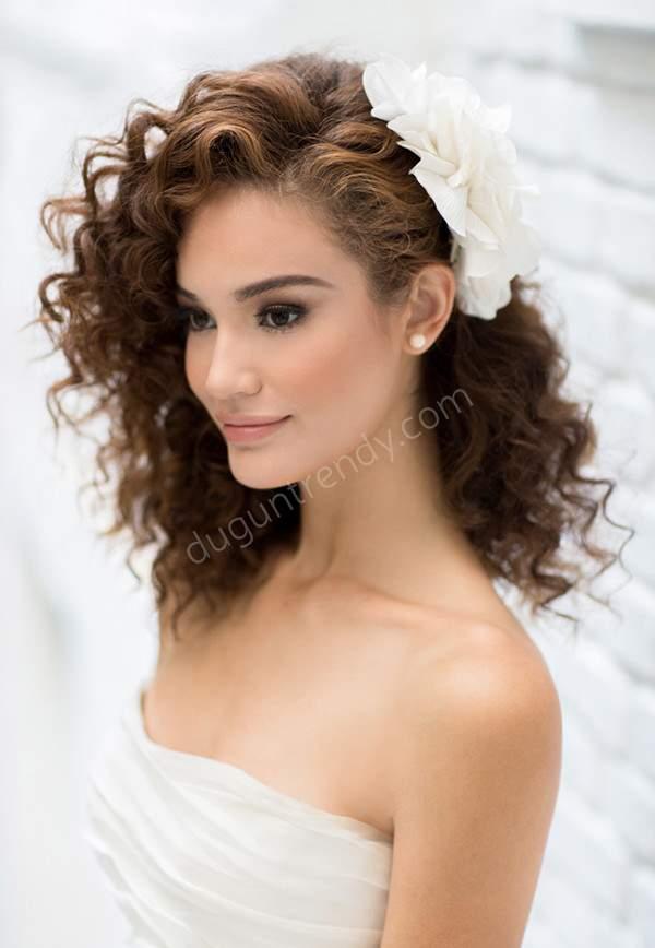 Romantik Görünümlü Kıvırcık Gelin Saçı Model Örnekleri