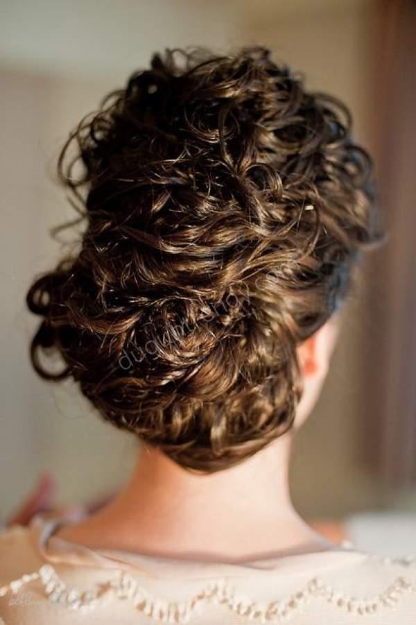 Sepet Görünümünde Kıvırcık Gelin Saçı Modelleri Nelerdir