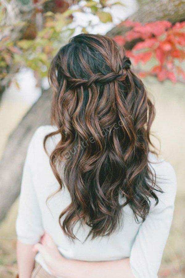 salaş örgü detaylı doğal dalgalı gelin saçı modeli