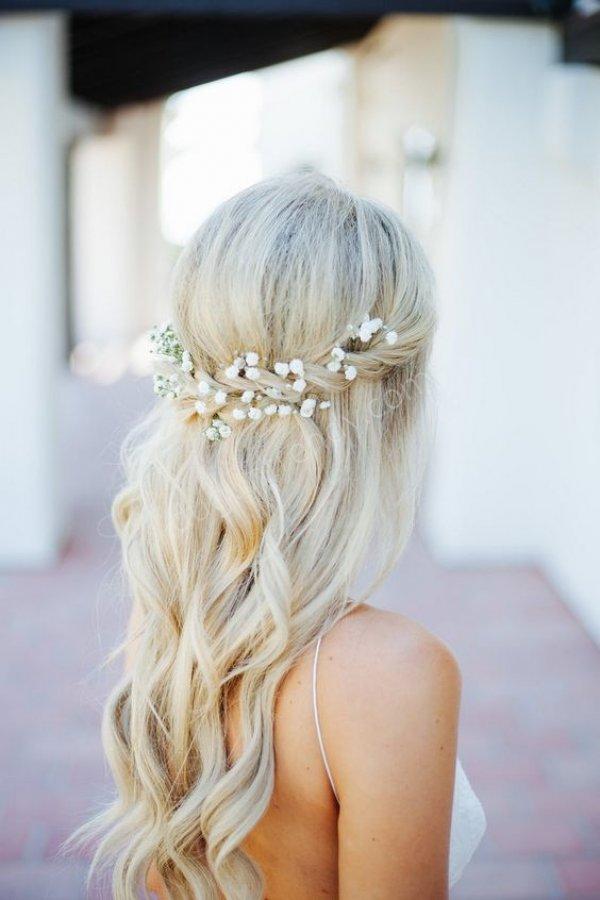 salaş örgü ve çiçek detaylı gelin saçı modeli