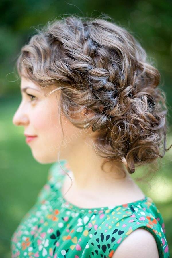 Yanda Toplanmış Kıvırcık Gelin Saçı Modeli Nasıldır